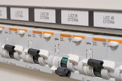 Schemi Elettrici Unifilari E Multifilari : Elettrico